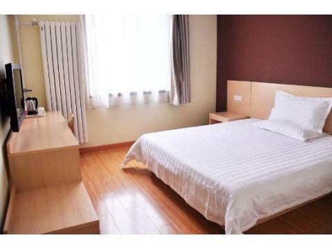 酒店距离济南火车站6公里,济南高铁西站18公里,飞机场33公里,公交车站